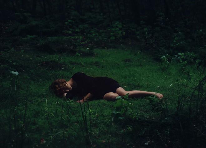 Tối ngủ tại nhà mà sáng thức dậy trên núi hoang, cô gái hoảng sợ chạy về và kể lại câu chuyện khiến ai cũng rùng mình - Ảnh 3.