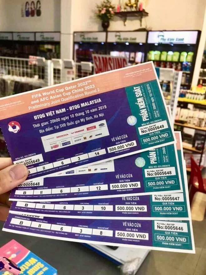 Cầm vé trận đấu Việt Nam và Malaysia 'nóng hổi' trên tay, nhiều người lập tức bán lại với giá gấp 5 lần - Ảnh 2.