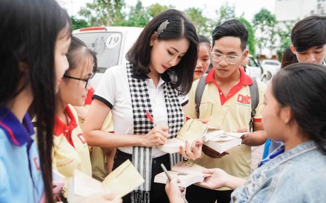 """Hoa hậu Hà Kiều Anh: """"Sách quý dạy nghĩ tích cực, sống năng lượng"""""""