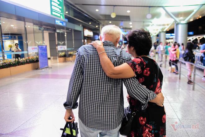 Nụ hôn chia tay người tình Việt 50 năm của cựu binh Mỹ trước khi lên máy bay - Ảnh 12.