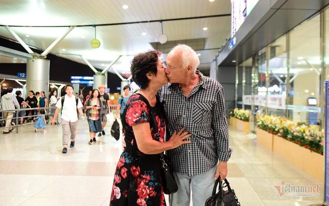 Nụ hôn chia tay người tình Việt 50 năm của cựu binh Mỹ trước khi lên máy bay - Ảnh 13.