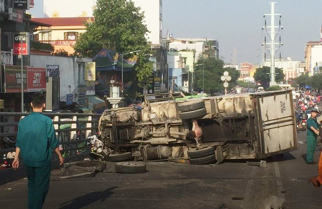 Xe tải tông 3 xe máy trên cầu vượt Cây Gõ, 4 người bị thương - Ảnh 1.