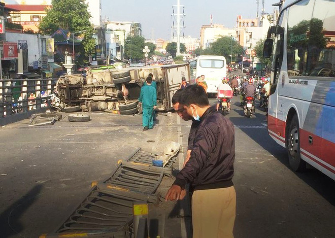 Xe tải tông 3 xe máy trên cầu vượt Cây Gõ, 4 người bị thương - Ảnh 2.