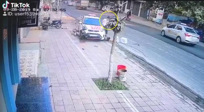 CLIP: Taxi điên vọt ga lao vào 2 người phụ nữ đi bộ, một nạn nhân kẹt cứng dưới bánh xe - Ảnh 2.