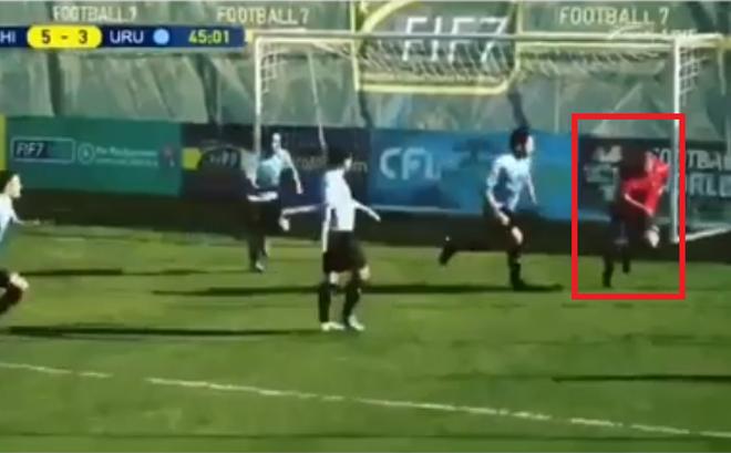Video: Bò ra sân đánh đầu ghi bàn, cầu thủ bị cả đội đối phương đuổi đánh