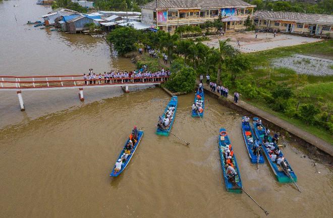 Hành trình trao sách quý nơi kênh rạch chằng chịt Đồng bằng Sông Cửu Long - Ảnh 7.