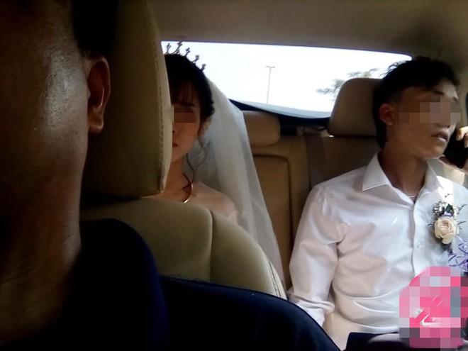 Kính trước xe hoa bị đá ném nứt vỡ, cô dâu chú rể mặt thất thần ngồi bên trong  - Ảnh 3.