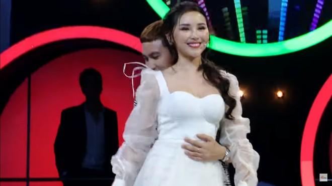Hoa khôi Lương Lê bị chỉ trích vì hôn người khác say đắm trước mặt bạn trai - Ảnh 6.