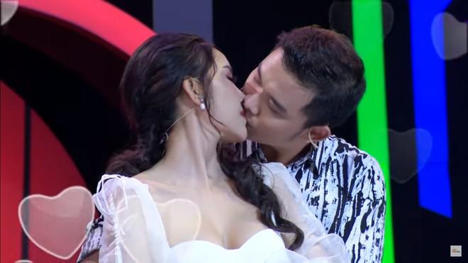 Hoa khôi Lương Lê bị chỉ trích vì hôn người khác say đắm trước mặt bạn trai - Ảnh 5.