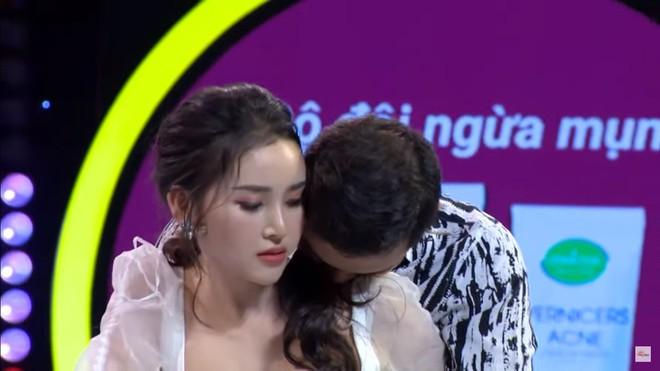 Hoa khôi Lương Lê bị chỉ trích vì hôn người khác say đắm trước mặt bạn trai - Ảnh 7.