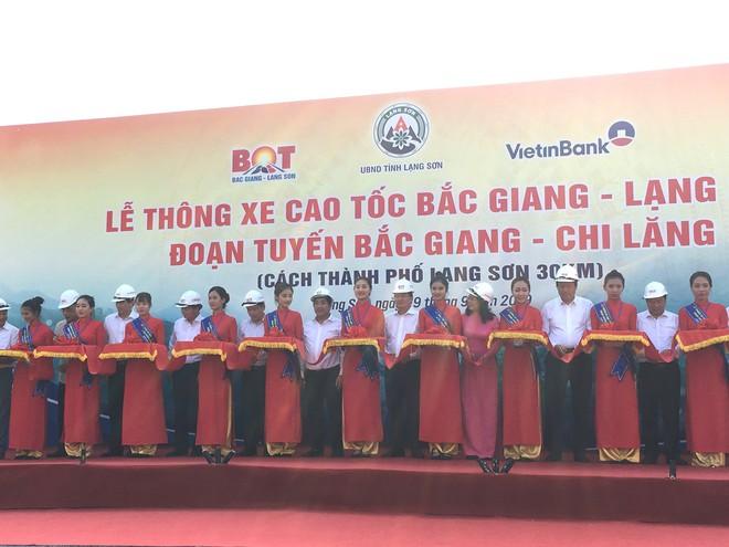 Cận cảnh 64km cao tốc Bắc Giang - Lạng Sơn trong ngày thông xe  - Ảnh 1.