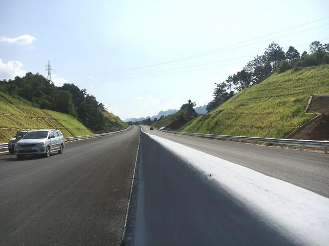 Cận cảnh 64km cao tốc Bắc Giang - Lạng Sơn trong ngày thông xe  - Ảnh 6.