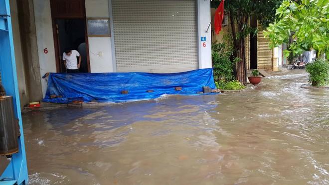 Mưa lớn kéo dài suốt 2 ngày gây sạt lở núi, đè sập một ngôi nhà ở Nghệ An - Ảnh 3.