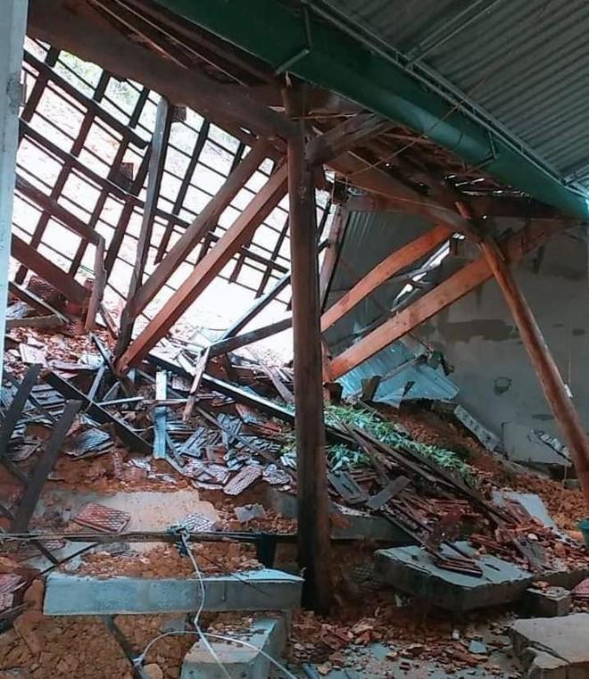 Mưa lớn kéo dài suốt 2 ngày gây sạt lở núi, đè sập một ngôi nhà ở Nghệ An - Ảnh 1.