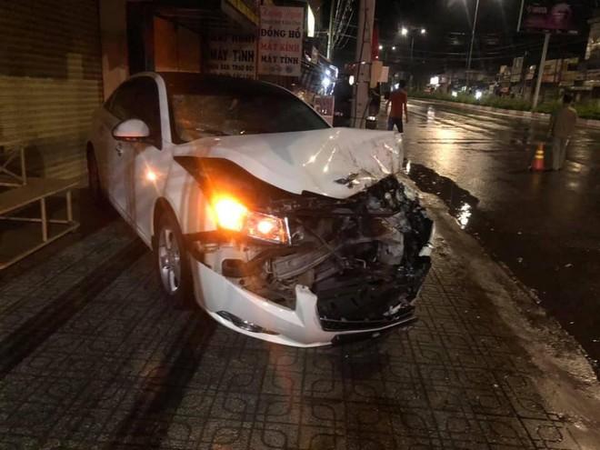 Clip: Người phụ nữ loạng choạng bước xuống từ ô tô bị nát đầu sau cú tông thẳng vào đuôi xe tải - Ảnh 3.