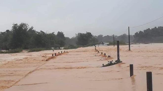 Hà Tĩnh: Thủy điện xả lũ kết hợp mưa lớn khiến hàng loạt xã, huyện bị ngập nặng - Ảnh 1.