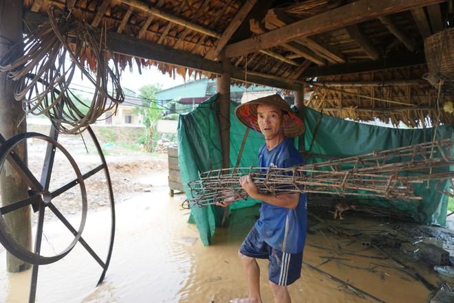 Hà Tĩnh: Mưa lớn suốt 3 ngày, thủy điện xả lũ, 6 xã bị cô lập, 4 cặp vợ chồng trú ẩn trong rừng - Ảnh 5.