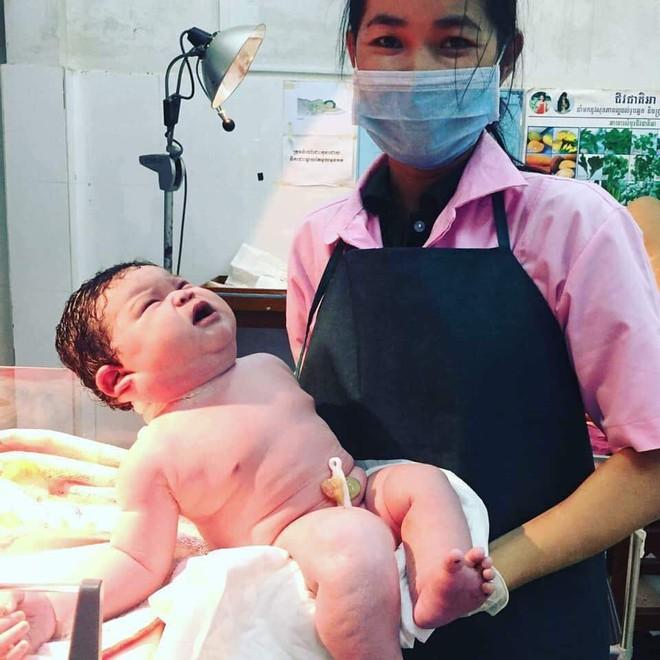 """Bà mẹ phi thường: Sinh con nặng 6,8 kg bằng phương pháp sinh thường khiến các mẹ từng chửa đẻ không ngừng """"ố, á"""" - Ảnh 1."""