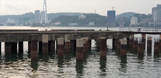 Cảng trăm tỉ Vinashin Hòn Gai nham nhở cột bê tông, thành nơi... câu cá - Ảnh 1.