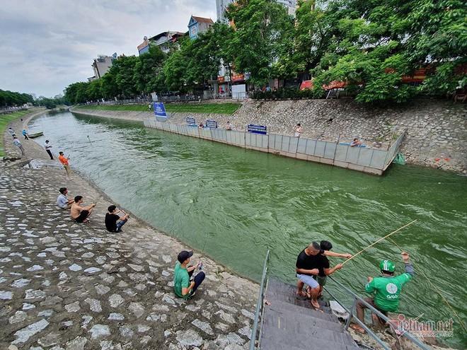 Cần thủ vây kín khu làm sạch của chuyên gia Nhật trên sông Tô Lịch - Ảnh 2.