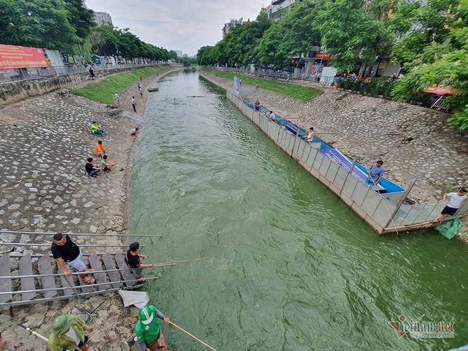 Cần thủ vây kín khu làm sạch của chuyên gia Nhật trên sông Tô Lịch - Ảnh 3.