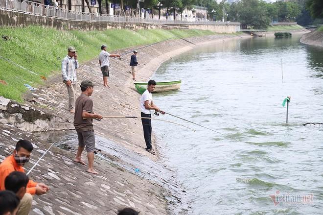 Cần thủ vây kín khu làm sạch của chuyên gia Nhật trên sông Tô Lịch - Ảnh 9.
