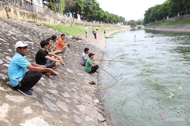 Cần thủ vây kín khu làm sạch của chuyên gia Nhật trên sông Tô Lịch - Ảnh 13.