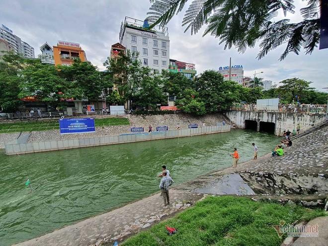Cần thủ vây kín khu làm sạch của chuyên gia Nhật trên sông Tô Lịch - Ảnh 4.