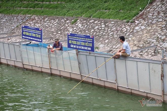Cần thủ vây kín khu làm sạch của chuyên gia Nhật trên sông Tô Lịch - Ảnh 8.