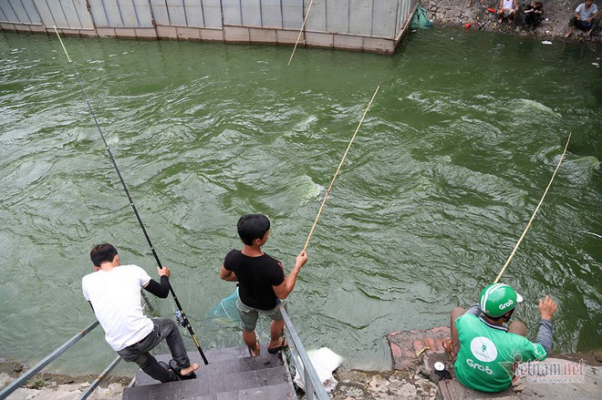Cần thủ vây kín khu làm sạch của chuyên gia Nhật trên sông Tô Lịch - Ảnh 10.