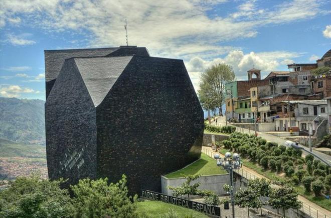 Ngắm những kiến trúc độc đáo, thậm chí là kì dị tại một số nước - Ảnh 2.