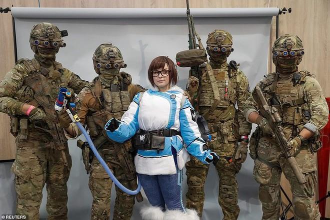 Lính đặc nhiệm Ukraine đeo kính nhìn xuyên đêm, xách súng trường đi đấu game - Ảnh 1.