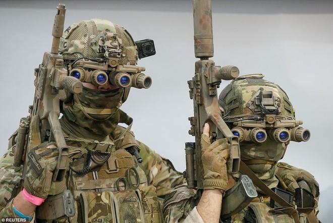 Lính đặc nhiệm Ukraine đeo kính nhìn xuyên đêm, xách súng trường đi đấu game - Ảnh 2.
