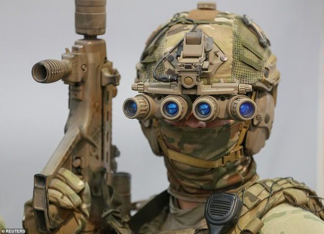 Lính đặc nhiệm Ukraine đeo kính nhìn xuyên đêm, xách súng trường đi đấu game - Ảnh 3.