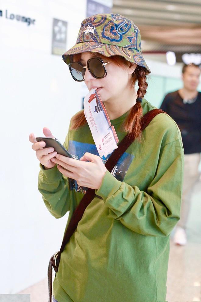 Hậu tin đồn ly hôn, Triệu Vy đội mũ xanh lá xuất hiện tại sân bay, ám chí bị cắm sừng? - Ảnh 4.