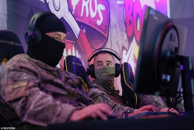 Lính đặc nhiệm Ukraine đeo kính nhìn xuyên đêm, xách súng trường đi đấu game - Ảnh 4.