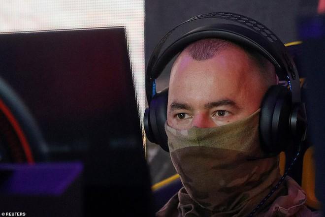 Lính đặc nhiệm Ukraine đeo kính nhìn xuyên đêm, xách súng trường đi đấu game - Ảnh 6.