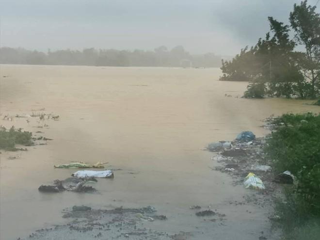 Hà Tĩnh: Mưa lớn suốt 3 ngày, thủy điện xả lũ, 6 xã bị cô lập, 4 cặp vợ chồng trú ẩn trong rừng - Ảnh 4.