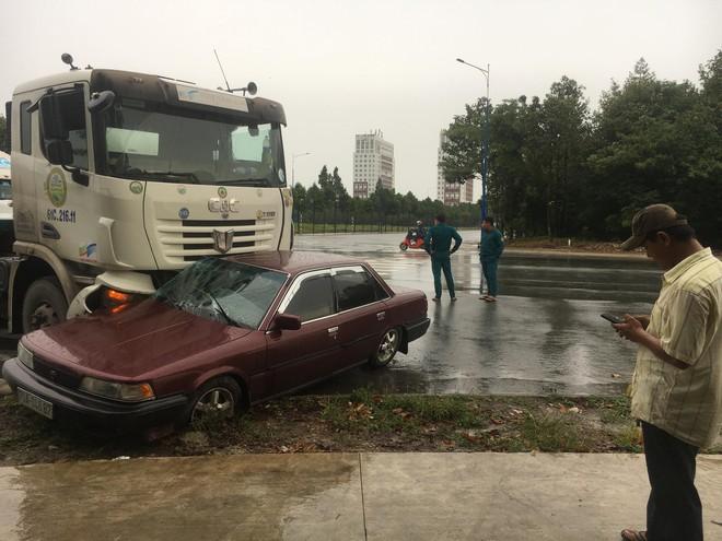 Ô tô con bị xe đầu kéo tông bẹp giữa ngã tư, tài xế trọng thương - Ảnh 1.