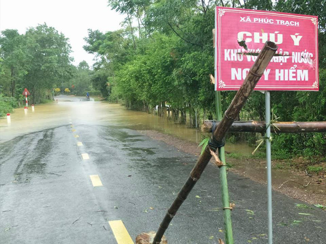 Hà Tĩnh: Mưa lớn suốt 3 ngày, thủy điện xả lũ, 6 xã bị cô lập, 4 cặp vợ chồng trú ẩn trong rừng - Ảnh 2.