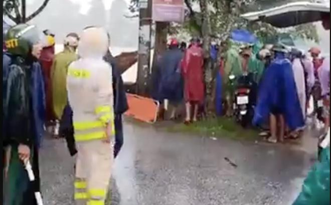 Đi xe máy ngã xuống kênh, một công an viên bị nước cuốn trôi ra hồ tử vong