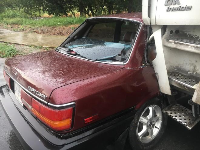 Ô tô con bị xe đầu kéo tông bẹp giữa ngã tư, tài xế trọng thương - Ảnh 2.