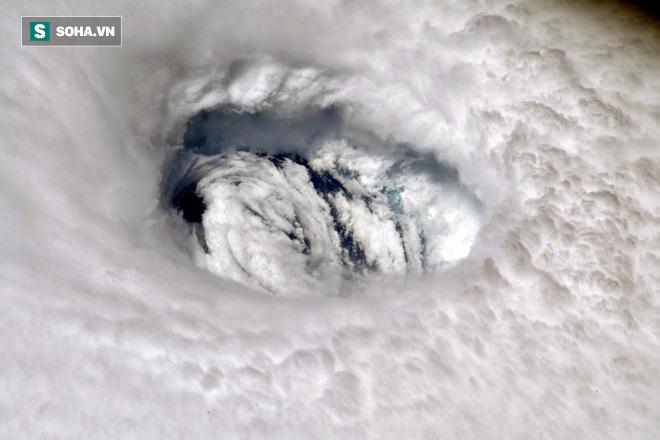 Những hình ảnh 'quái vật' của siêu bão Dorian nhìn từ vệ tinh: Riêng mắt bão rộng 39 km! - ảnh 1
