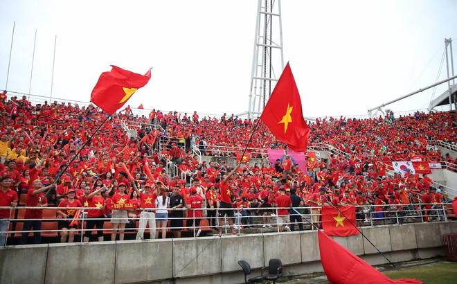 Người Thái ngả mũ khen ngợi hành động đặc biệt của CĐV Việt Nam trên đất khách