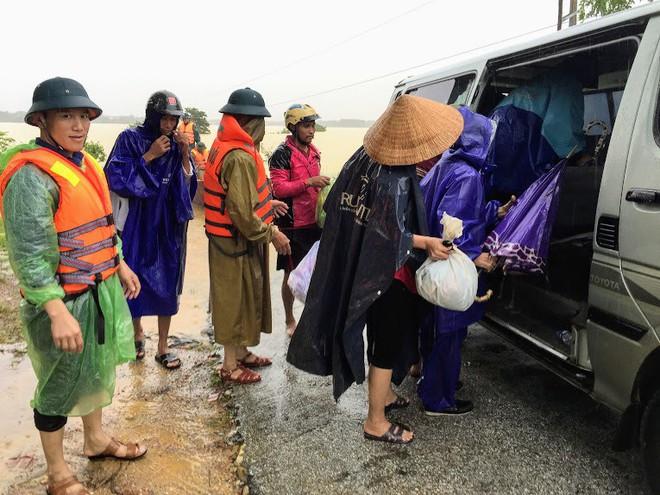 Chèo thuyền vượt lũ đưa 3 sản phụ chuyển dạ đến bệnh viện sinh đẻ - Ảnh 3.