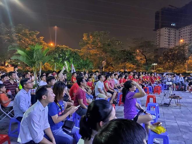 Dịch vụ ăn theo bóng đá hút khách trước thềm trận kinh điển Việt Nam và Thái Lan - Ảnh 2.