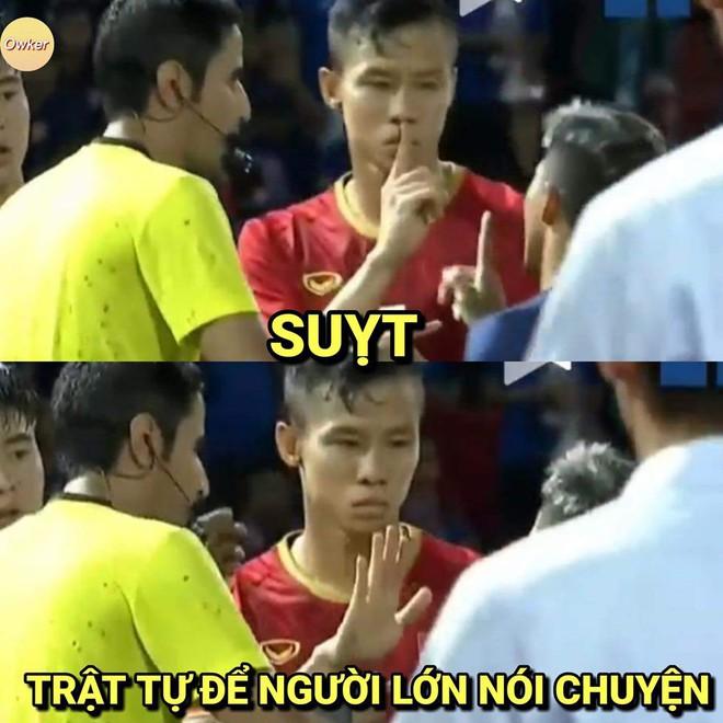 Quế Ngọc Hải lạnh lùng làm dấu suỵt khi cầu thủ Thái Lan lao vào tranh cãi - Ảnh 2.