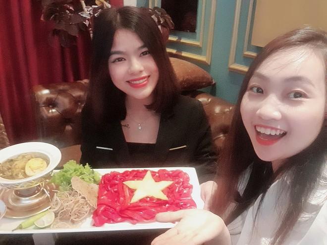 Cổ động viên làm tô mỳ Quảng hình cờ Tổ quốc, cổ vũ tuyển Việt Nam thắng Thái Lan - Ảnh 2.