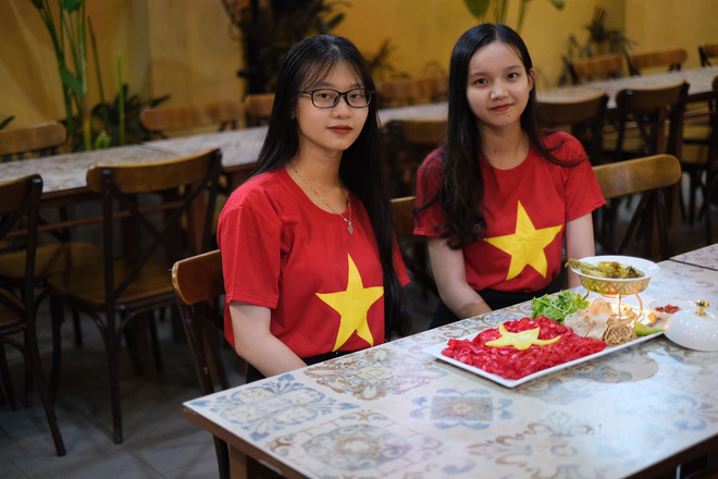 Cổ động viên làm tô mỳ Quảng hình cờ Tổ quốc, cổ vũ tuyển Việt Nam thắng Thái Lan - Ảnh 4.