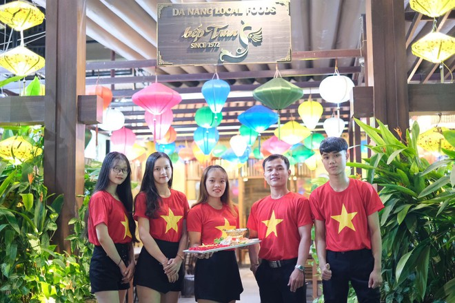Cổ động viên làm tô mỳ Quảng hình cờ Tổ quốc, cổ vũ tuyển Việt Nam thắng Thái Lan - Ảnh 5.